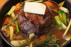 Das Gemüse soll unter Wasser sein, der Rinderschmorbraten mit Butter belegt her… The vegetables should be under water, the beef stew with butter stand out. Pot Roast, Food Inspiration, Carne, Meal Prep, Main Dishes, Spicy, Food And Drink, Easy Meals, Healthy Eating