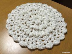 2015年最後の編み図になります。ぷっくりとしたパプコーン編みが特徴のドイリーというかポットマットというか…中心部分にパプコーン編みをたっぷり使ってみました。パプコーン編みのところで厚みが出るので、鍋敷きなどにも使えそう