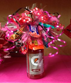 Gatorade candy bouquet,,perfect for any sporty person.Especially my BFF Cute Cheer Gifts, Cheer Mom, Team Gifts, Cheer Stuff, Diy Food Gifts, Creative Gifts, Cheer Banquet, Football Banquet, Cheerleading Gifts