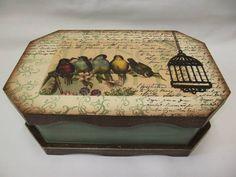 Caixa oitavada, com recorte, pintada com pátina e decorada com transferência e aplique em MDF. Modelo do Prof. Carlos Spenchutt R$ 68,00