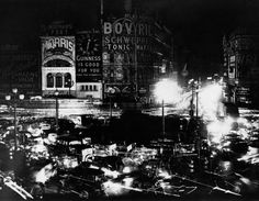 August 1939 After midnight in Piccadilly Circus with automobile headlights illuminating the blacked-out junction in central London Image: AP Photo Uk History, British History, Vintage London, Old London, Bored Of Life, The Blitz, Piccadilly Circus, Battle Of Britain, How To Make Light