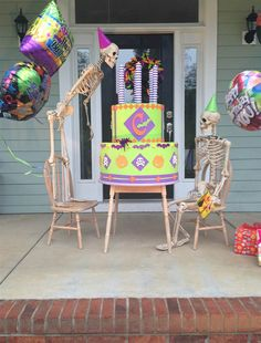 Couple Decorates House With Skeleton Scenes in 2020 Halloween Outside, Halloween Lawn, Outdoor Halloween, Holidays Halloween, Vintage Halloween, Halloween Crafts, Halloween Ideas, Vintage Witch, Halloween Halloween