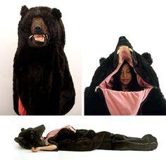 Réalisé par Eiko Ishizawa, ce sac de couchage en forme de peau d'ours avec tête incorporée
