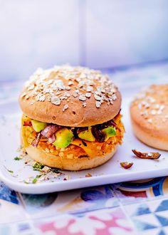 Recette originale de Burger végétarien. Découvrez le burger de patate douce, avocat, cheddar et sauce tahini.
