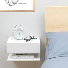 Massiver Buche Nachttisch. Hängt an der Wand, Raumnutzung in kleinen Schlafzimmern zu maximieren. Eine Schublade und ein Regal. Eine Lampe, Buch und Uhr in einem minimalen Speicherplatz passen perfekt. Einfache Montage an der Wand.  Erhältlich in weiß lackiert, grau oder schwarz. Bitte ist beachten Sie weiß jetzt ein reines weiß (zuvor antik weiß). Wir haben auch eine Buche Natur-Version in eine andere Liste.  Als empfohlene auf apartmenttherapy.com…