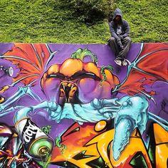 O escritor de graffiti Johny Cavalcanti (@johnycavalcanti) 27 anos é conhecido por tatuar monstros no corpo do Recife e de outras cidades mundo afora. Crio mutações a partir das características humanas define. Seus personagens incorporam conceitos subjetivos frutos da dualidade que vive como cristão. Prefiro os de caráter bondoso ainda que também faça uso de uma estética mais agressiva em alguns esboços. Para materializar essas criaturas o artista anda sempre em busca de novos suportes em…