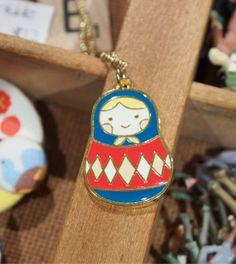 Collar de esmalte colorido babushka matryoshka por rabbittobunny, $15.00