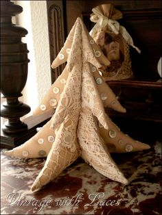 White Christmas -- Vintage Inspired Christmas ... I love this tree!