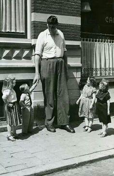 De reus van Rotterdam met de kleine mensen. (The historical Rotterdam giant with the little people ).