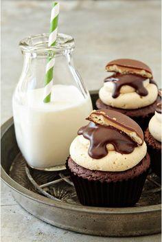 Cupcakes para cumpleaños de tus peques.  Adquiere los moldes y los utensilios para realizar cupcakes en http://milejardin.com/menaje-del-hogar/productos-reposteria-silicona Tagalong Cupcakes