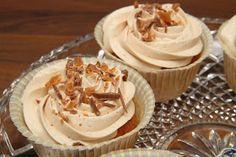 KeittiöKriitikko: Daim-muffinit (+kuorrute cupcakeille) Let Them Eat Cake, Peanut Butter, Cupcake, Deserts, Cookies, Baking, Sweet, Koti, Buns