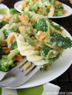 Combinación de pasta, brócoli, ajo, aceite de oliva y queso parmesano. Sabe riquísima recalentada, así que es una opción perfecta para llevar al trabajo.