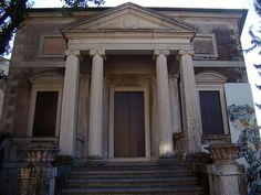 il nobile ingresso che conduce alla sala degli Specchi, decorata con affreschi del pittore veronese Giorgio Anselmi (1765)