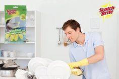 Ellos también pueden involucrarse con las tareas de la casa, por eso Scotch Brite felicita a los caballeros que se ponen los guantes y dicen ˝manos a la obra ̏ para limpiar sus hogares.