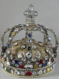 Couronne de Louis XV, par Augustin Duflos (joaillier), Paris, 1722. -- À l'occasion de leur sacre, les rois de France avaient pour coutume de se faire exécuter une couronne personnelle. Pour Louis XV, deux couronnes furent réalisées : une en or émaillé et l'autre, conservée au Louvre, en argent doré et ornée de pierreries. Cependant, en 1729, cette dernière fut dépecée et on remplaça les pierres d'origine par des copies.
