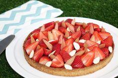 La recette de la tarte fraises et rhubarbe de Claire Heitzler : crème d'amandes, compotée de fraises, rhubarbe pochée et fraises fraîches.