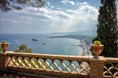 イタリア・タオルミナは、地中海最大の島・シチリア島に位置した海に囲まれる街。古代ギリシャ、ローマ帝国時代の建築物や海が広がる美しい街並みが特徴で、1988年の映画「グランブルー」の舞台にもなった高級リゾート地でもあります。今回は歩くだけでセレブ気分になるシチリア島の街・タオルミナの観光スポットを紹介。 タオル