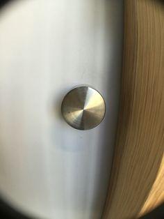 Dit is een deurklink die een punt vormt.