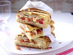 Our popular panini recipe with tomato and mozzarella and more than other free recipes on LECKER. Our popular panini recipe with tomato and mozzarella and more than other free recipes on LECKER. Healthy Sandwich Recipes, Panini Recipes, Healthy Sandwiches, Snack Recipes, Delicious Sandwiches, Gourmet Sandwiches, Sandwiches For Lunch, 1000 Calories, Ideas Sándwich