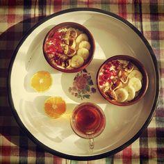 Swanni startete in ihren Tag mit einem super lecker angerichteten Frühstück aus Overnight Oats mit Banane, Feigen, Maulbeeren und Granatapfelkernen. Dazu noch Tee.