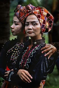 Two members of the Ramon Obusan troupe wait backstage to perform Yakan dances in Basilan, Philippines by Steve Mccurry tribal face tattoos female misc Steve Mccurry, Beautiful World, Beautiful People, People Around The World, Around The Worlds, Fotografia Social, World Photo, Portraits, Interesting Faces