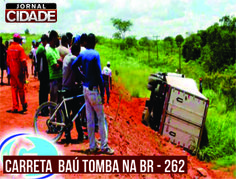 Uma carreta baú frigorífico, carregada segundo informações com frango congelado, perdeu o controle e saiu da pista na BR 262. Leia mais:http://www.jornalcidademg.com.br/carreta-tomba-na-br-262/