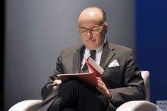 [LPQG Niouzes] Bernard Cazeneuve refuse de donner le nom du Président aux Français