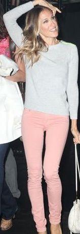 Sarah Jessica Parker(SJP) in pink jeans Sarah Jessica Parker, Spring Outfits, Winter Outfits, Casual Outfits, Cute Outfits, Summer Outfit, Estilo Carrie Bradshaw, Pink Pants Outfit, Light Pink Jeans