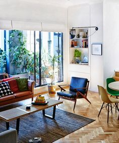 The Design Files: Sydney Home: Virginia Mesiti and Scott Otto Anderson - Modern vintage home decor Mid Century Modern Living Room, Mid Century Modern Decor, Living Room Modern, Living Room Designs, Living Room Decor, Midcentury Modern, Bedroom Designs, Small Living, Living Rooms
