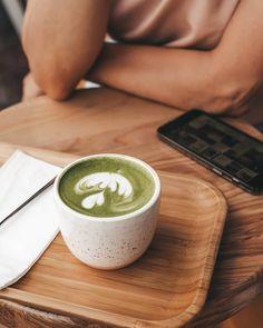 ЧАЙ МАТЧА Обожаю зеленый чай матча. Мягкий напиток со сложным удивительным оживляющим вкусом.  Матча - это порошок зеленого японского чая. Как правило его подают со вспененным молоком (органическое или коровье - выбирать вам). Дома я взбиваю матчу кокосовые сливки ложку кокосового масла в блендере 2 секунды.  Чай матча богат антиоксидантами выводит шлаки и токсины а также тонизирует. Он полезен вашему микробиому снижает уровень сахара в крови улучшает метаболизм.  Для домашнего приготовления… Latte, Drinks, Tableware, Food, Coffee Milk, Beverages, Dinnerware, Dishes, Hoods