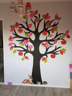 Het is najaar en volop tijd om appels te plukken, behalve deze vrolijke appels! We hebben weer een hele vrolijke muur kunnen bezorgen aan een vrolijk meisje. Een behangboom geheel in stijl. En om het af te maken mooie muurstickers met onze forest friends!