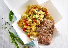 Kylling karrysalat Pasta Salad, Cheese, Ethnic Recipes, Drink, Food, Meal, Essen, Drinking, Noodle Salads