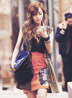 SNSD Jessica - this look is so chic. Love the graphic on the skirt and the sleeveless trench.