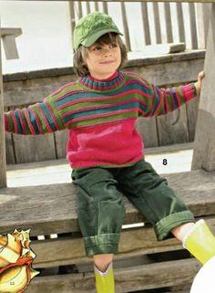 Свитера для мальчикоов покупают и вяжут в классичесих однотонных цветах. Попробуйте немного отойти от принятых правил и свяжите яркий свитер в спортивном стиле с разноцветными полосками. Наверняка мальчишкам это очень понравится.