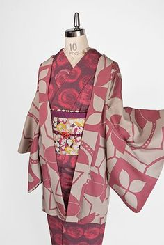 アイボリーグレーとオールドローズのバイカラーで染め出されたフラワーモチーフと幾何学パターンが組み合わせられた装飾模様がレトロモダンなな正絹縮緬羽織です。