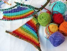 Not knitting but I love this yarn weaving tutorial Kids Crafts, Yarn Crafts, Arts And Crafts, Weaving Projects, Art Projects, Weaving Art, Garden Projects, Straw Weaving, Weaving Looms