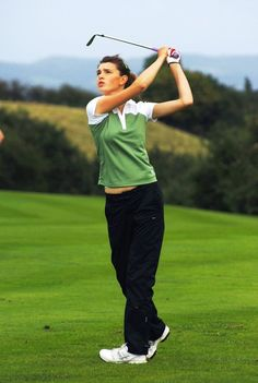 Expert Golf Tips For Beginners Of The Game. Golf is enjoyed by many worldwide, and it is not a sport that is limited to one particular age group. Not many things can beat being out on a golf course o Stretches For Flexibility, Flexibility Workout, Golf R, Play Golf, Golf Ball Crafts, Golf Photography, Wedding Photography, Best Golf Courses, Golf Exercises