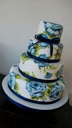 Blue English Rose- pretty amazing that they can get this on a cake.