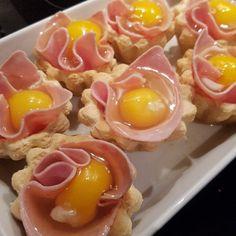 Kender du det - man skal have tarteletter med fyld til aftensmaden, men skal man have en eller 2 pakker tarteletter? En pakke er aldrig nok, mens to er alt for mange.. Fortvivl ikke, køb 2 og brug de resterende til denne lækre resteret: æggeletter! Perfekt på et brunchbord, en lækker frokost el