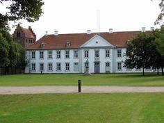Odense Slot, som ligger i Kongens Have i Odense. Denmark Castles, Places Around The World, Around The Worlds, Kingdom Of Denmark, Our Town, Odense, Copenhagen Denmark, Country Estate, Farm Gardens