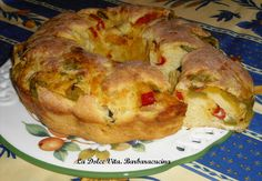 Ciambella ai peperoni, soffice impasto ripieno di peperoni, mozzarella e olive!