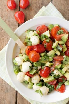 Quick caprese salad with avocado, tomatoes and mozzarella - Quick tomato and av. - Quick caprese salad with avocado, tomatoes and mozzarella – Quick tomato and avocado salad with - Ensalada Cobb, Ensalada Caprese, Caprese Salat, Mozarella Salat, Tomate Mozzarella, Avocado Tomato Salad, Avocado Toast, Hummus Picante, Healthy Salads