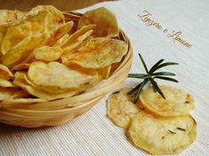 Queste patatine chips si preparano nel microonde senza nemmeno un filo d'olio. Velocissime e facilissime da realizzare. Gusto senza grassi!