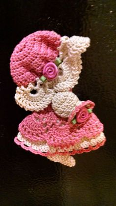 crochet applicates Wouldn't this be a cool Christmas Gift for her? This crochet Sunbonnet Sue magnet revives the memories of days gone by and would also make a great birthday gift Crochet Car, Crochet Teddy, Crochet Girls, Crochet Bunny, Cute Crochet, Crochet Motif, Vintage Crochet, Crochet Crafts, Crochet Doilies