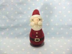 羊毛フェルトで作った、サンタさんの置物です♪よろしければ、クリスマスのお供に☆一つずつ、手作りをしていますので、お顔は少し異なります。別に出している、トナカイ...|ハンドメイド、手作り、手仕事品の通販・販売・購入ならCreema。