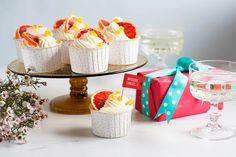Czy cupcakes mogą być wykwintnym deserem? Jak najbardziej! Zwłaszcza w towarzystwie szampana.<ol> <li>Przygotowujemy blaszkę na babeczki wyłożoną papilotkami, a piekarnik nagrzewamy do 180°C (bez termoobiegu).</li> <li>W misce łączymy suche składniki: mąkę, proszek do pieczenia, sodę oczyszczoną i sól.</li> <li>W drugiej misce ubijamy masło na krem, a następnie dosypujemy cukier i ubijamy na najwyższych obrotach kolejne 2-3 minuty.</li> <li>Do kremu dodajemy białka jajek i ekstrakt… Cereal, Cupcakes, Cheese, Breakfast, Food, Morning Coffee, Cupcake Cakes, Essen, Meals