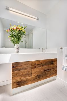 Junction Bungalow by Révélateur Studio / Toronto, Canada Modern White Bathroom, Modern Room, Beautiful Bathrooms, Bungalows, Garage Renovation, Powder Room Design, Bright Homes, Modern Baths, Palette