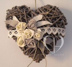 decori in lino color sabbia e avorio  macramè in pizzo ecrù Disney Diy Crafts, Crafts To Sell, Heart Decorations, Valentine Decorations, Valentine Wreath, Valentines, How To Make Paper Flowers, Paper Weaving, Wicker Hearts