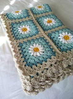Daisy crochet afghan in turquoise and gray: (via tillie tulip - a handmade mishmosh: Photo tutorial of how to create the daisy)Daisy crochet blanket Love the colors, could do grey and two shades of purple for guest room. Daisy crochet blanket Love th Point Granny Au Crochet, Grannies Crochet, Crochet Squares, Love Crochet, Crochet Blanket Patterns, Crochet Stitches, Knitting Patterns, Knit Crochet, Granny Squares