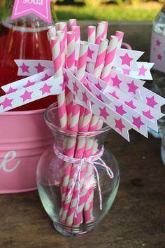 Adorna las pajitas con banderitas a juego / Decorate the straws with paper flags